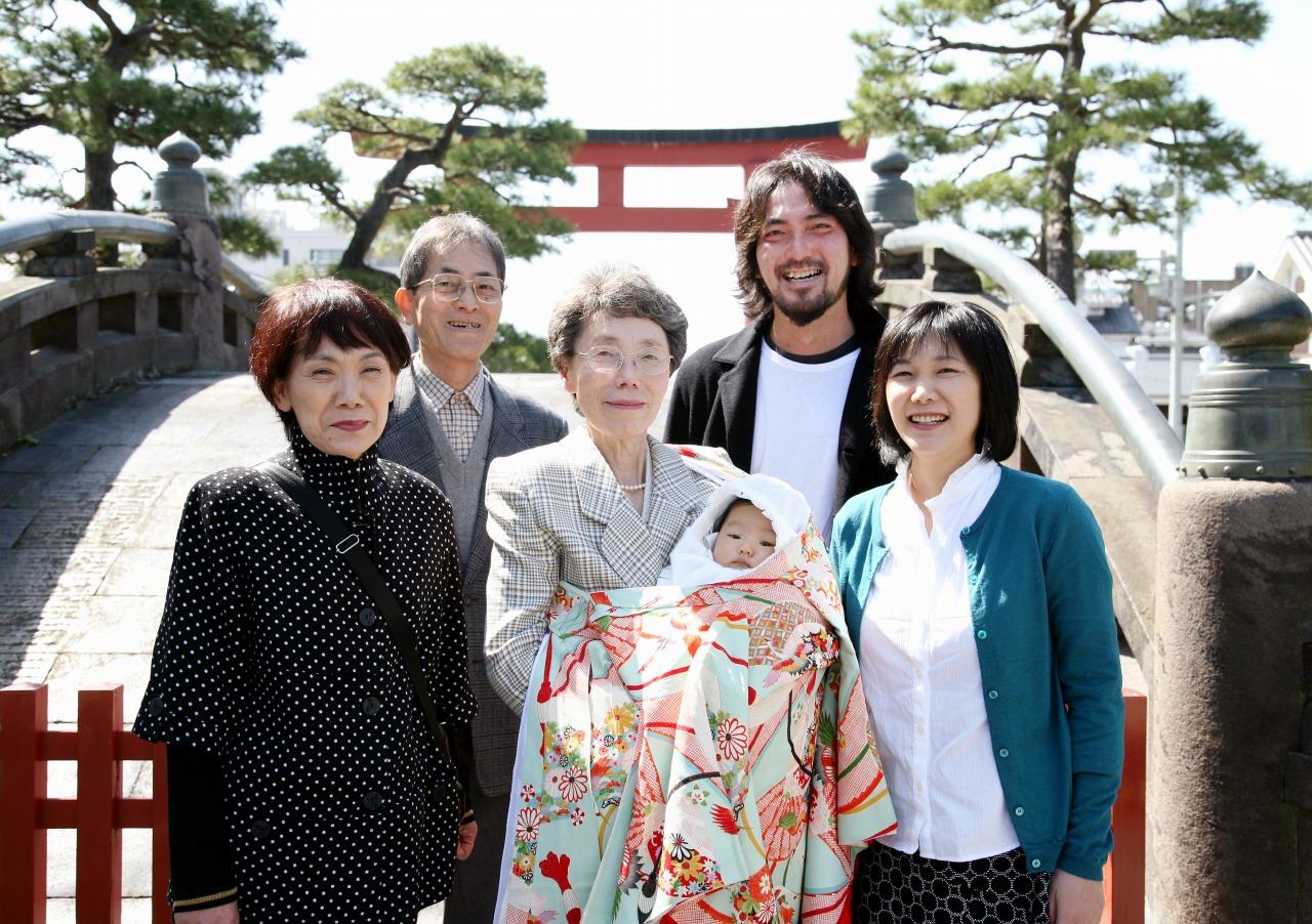 お宮参りの家族三世代