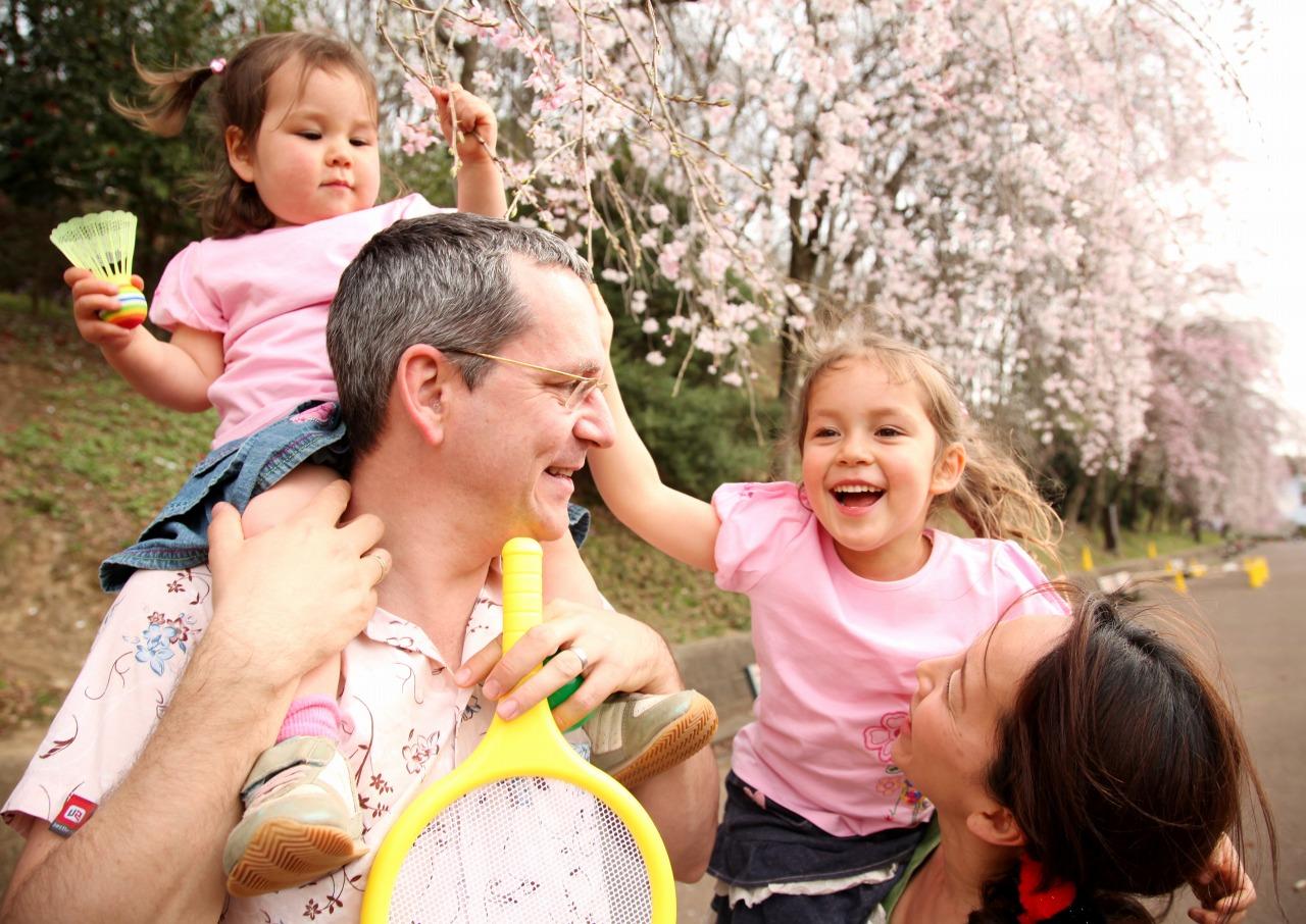 桜の前にいる外国人の親子