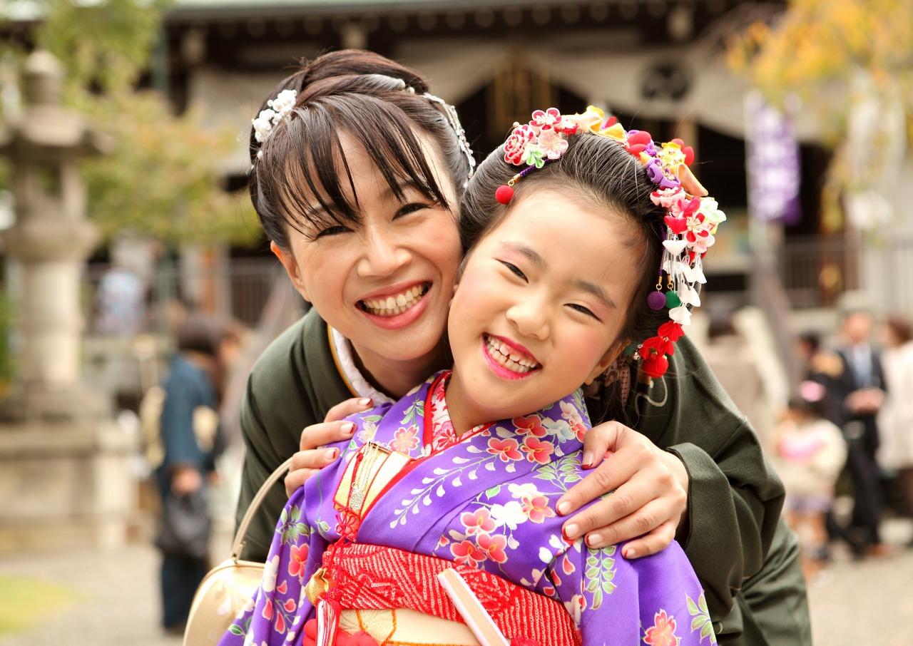 七五三の女の子とお母さん