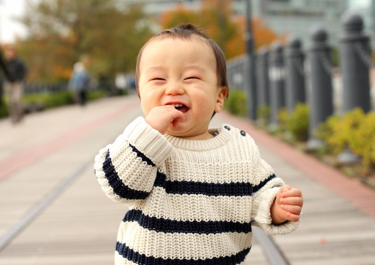 公園で笑う男の子