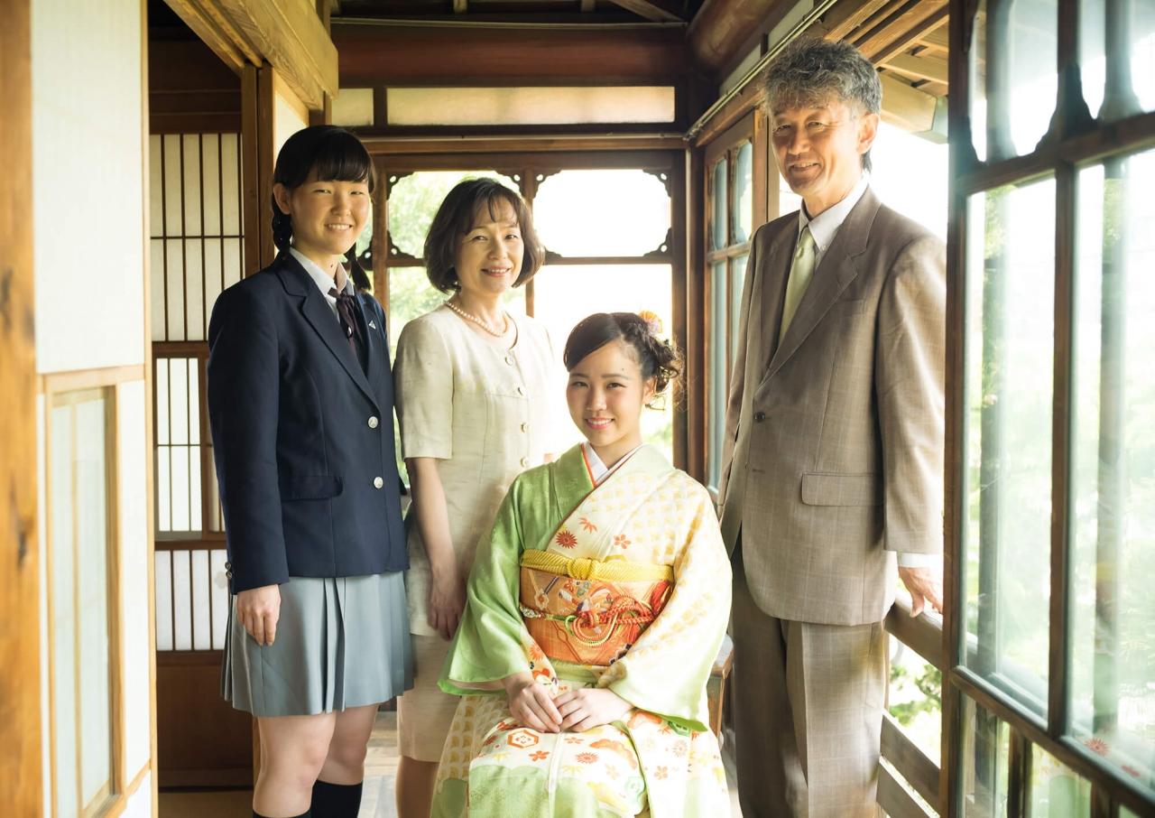 着物の女性とご家族
